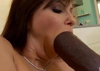 Le gusta el sexo anal más salvaje y acabar con su culo muy abierto
