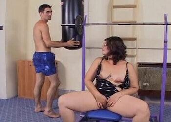Acude al gimnasio y se pone en forma follando duro