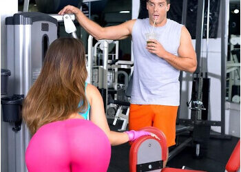 Kelsi Monroe recibe un anal inesperado en el gimnasio