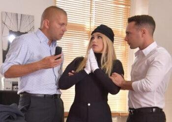 La pilla robando en la oficina y la castiga con sexo extremo