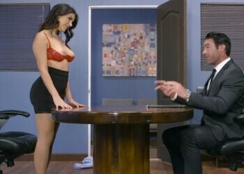 Valentina Nappi va a por todas en una entrevista de trabajo