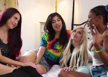 La reunión de amigas acaba convirtiéndose en una orgía lésbica