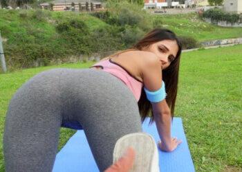 Venezolana folla en la calle con su monitor después de hacer yoga