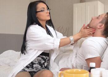 La enfermera a domicilio trata a su paciente dejándose follar por el culo