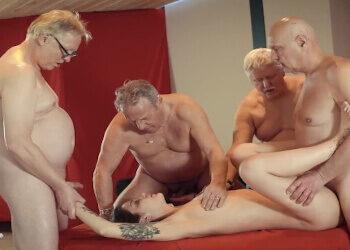 Señores mayores contratan a una prostituta para hacer un gangbang