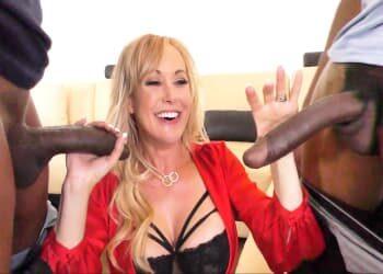 Brandi Love celebra la venta de una casa follándose a sus clientes