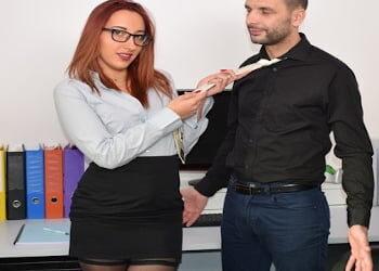 Aprovecha el descanso para pedirle sexo anal a un compañero