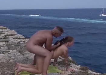 La cita romántica culmina en un acantilado follando con vistas al mar