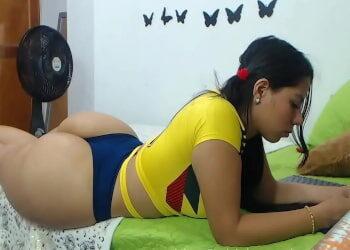 Colombiana nalgona se pasa una hora enseñando sus curvas por webcam