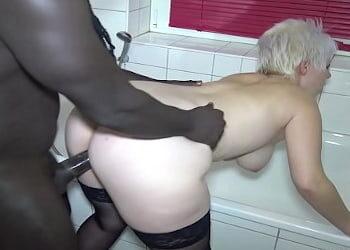 Milf alemana se folla a un negro muy bien dotado en el baño de casa
