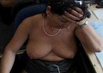 Le hace compañía a la secretaria hasta que consiguió follársela